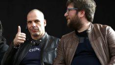 Yanis Varoufakis y el eurodiputado de Podemos Miguel Urbán (Foto: Efe).