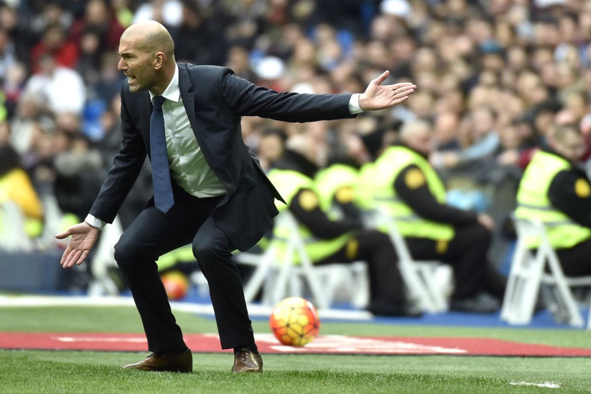 Zidane da instrucciones a sus jugadores en el partido ante el Athletic. (AFP)
