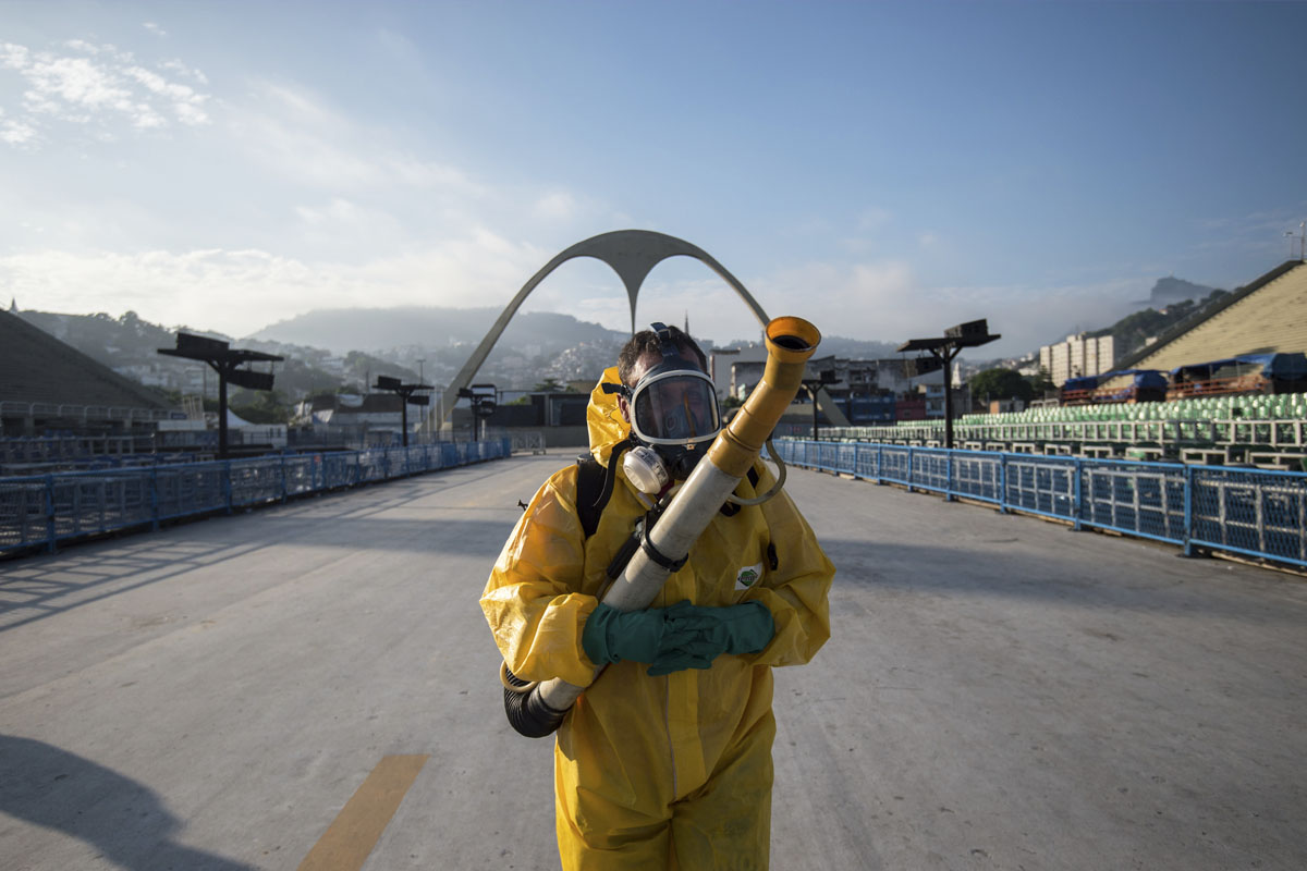 Un operario con un espray anti Zika en el sambódromo el pasado Carnaval de Río. (Foto: AFP)