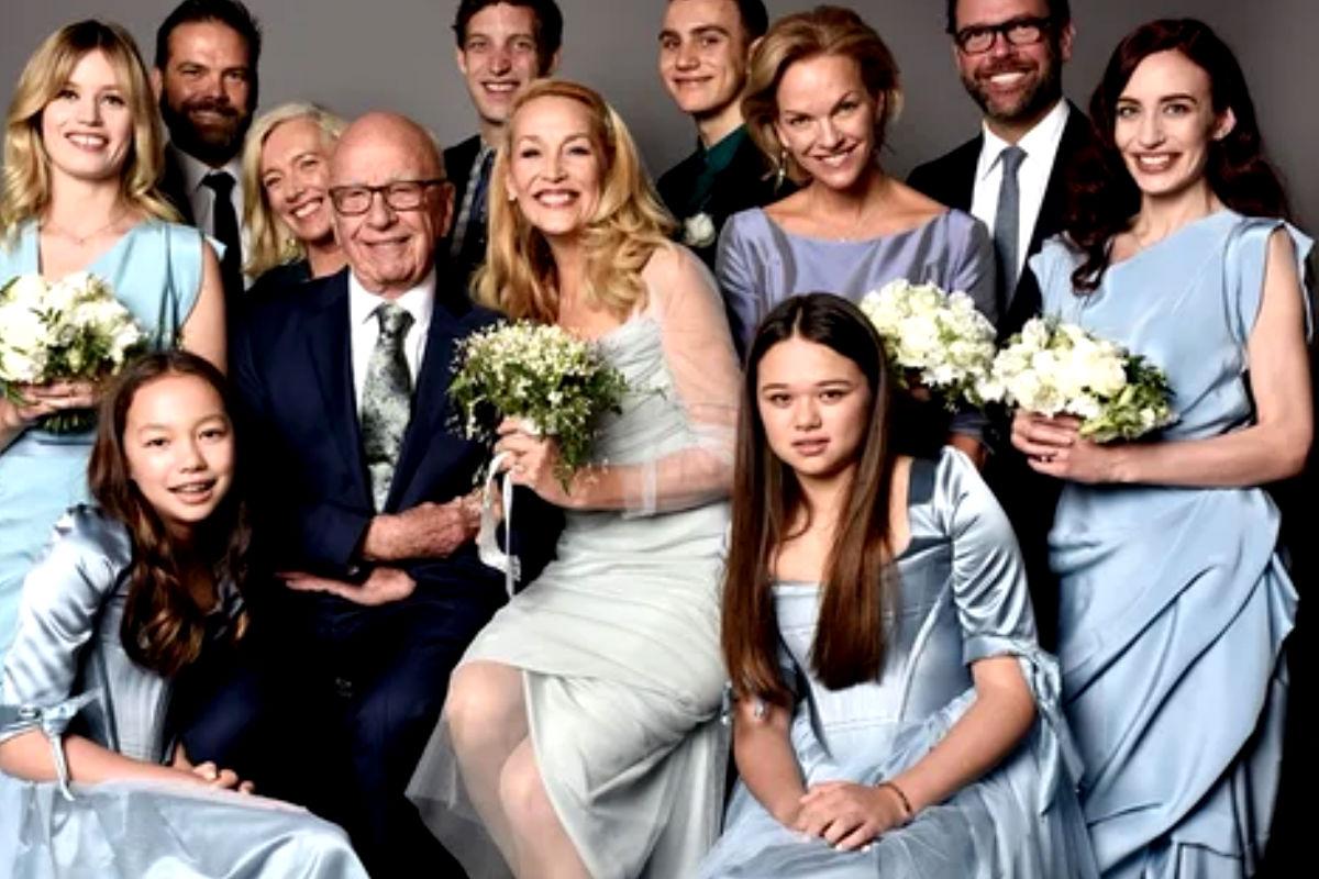 Imagen de la nueva familia formada por Rupert Murdoch y Jerry Hall al contraer matrimonio el pasado sábado en Londres en una ceremonia sencilla.