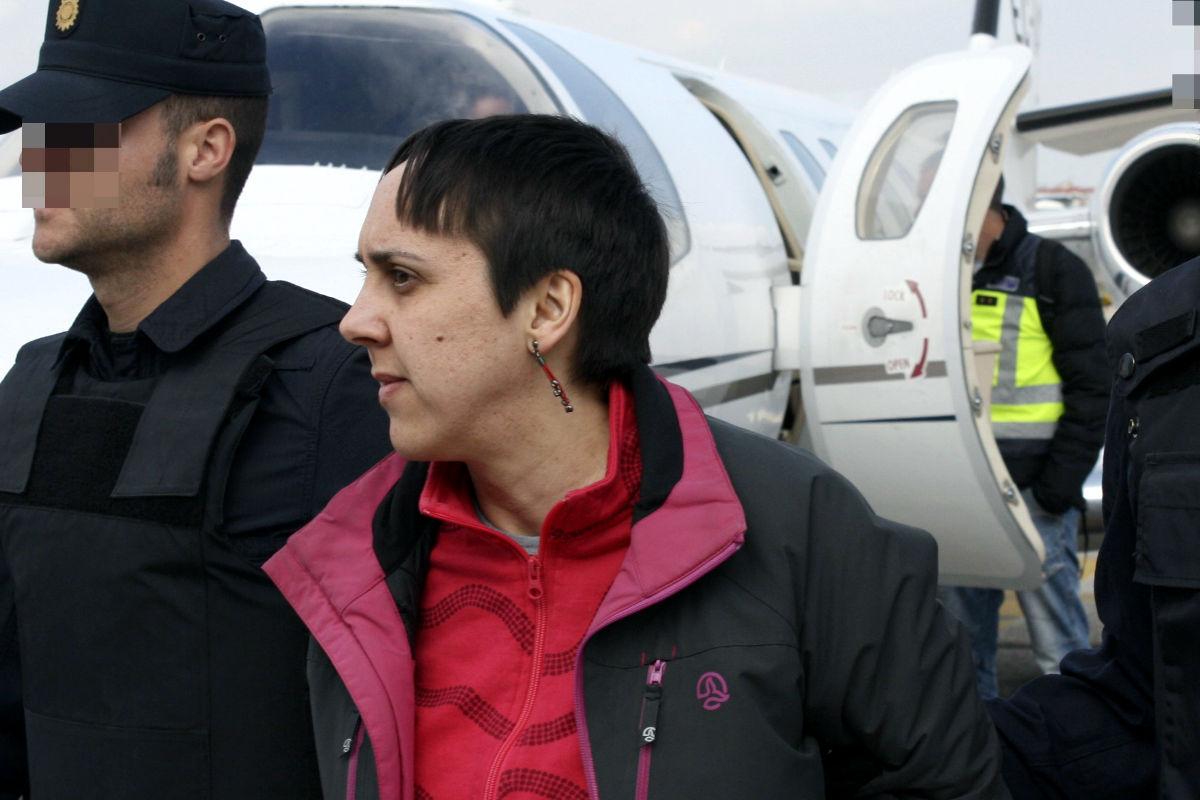 Imagen de la etarra Aramendi a su llegada a Madrid, trasladada por la Policía Nacional. (Efe)