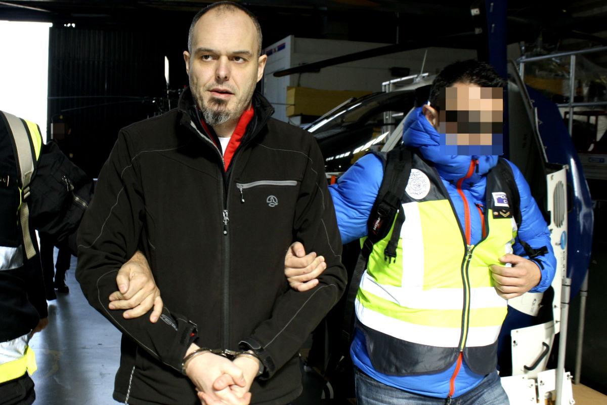 Imagen del etarra a su llegada a España siendo trasladado por la Policía Nacional. (Efe)