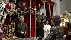 Imagen de Doña Sofía haciendo una promesa al cristo de Medina. (Efe)