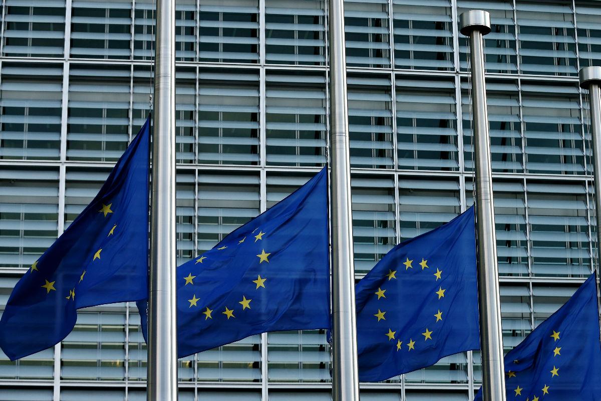 Banderas a media asta en el Parlamento Europeo en Bruselas. (Getty)