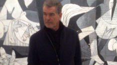 El actor irlandés junto al Guernica de Picasso.