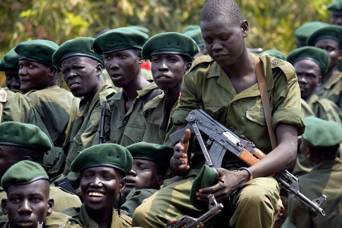 Imagen de soldados de Sudán del Sur, donde las mujeres pueden ser violadas como forma de pago por sus servicios en el Ejército. (Getty)