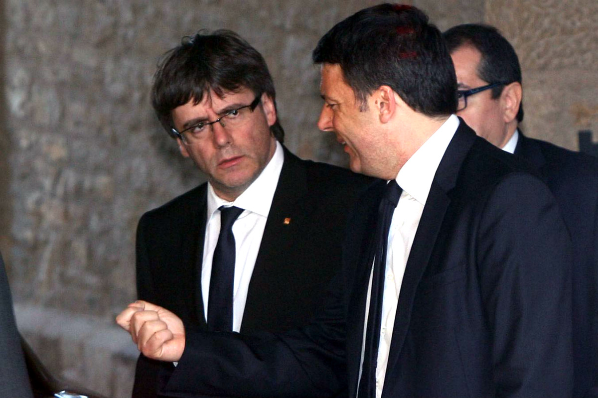 El primer ministro italiano, Matteo Renzi, junto al presidente de la Generalitat, Carles Puigdemont. (Foto: EFE)