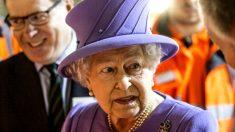 Imagen de la reina de Inglaterra, Isabel II, en un acto de inauguración de unas obras públicas. (Getty)