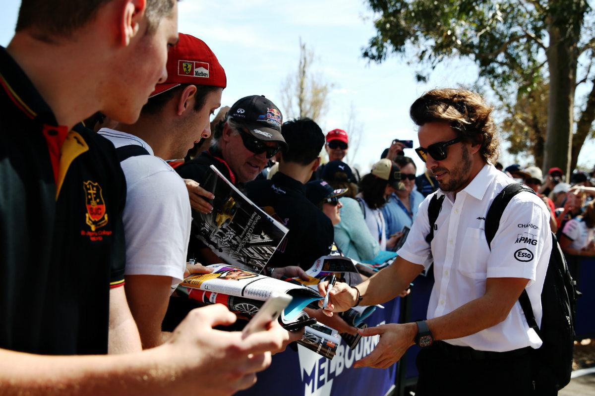Fernando Alonso firma autógrafos a los aficionados. (Getty)