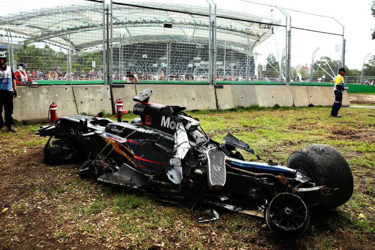 El coche de Fernando Alonso quedó hecho trizas en Australia. (Getty)