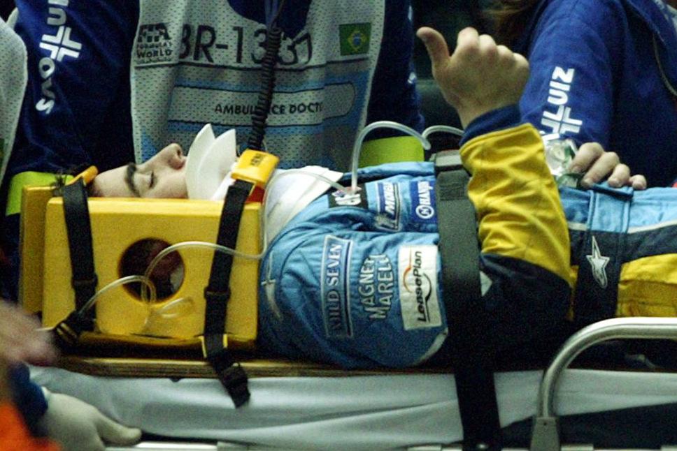Fernando Alonso sale en camilla del GP de Brasil de 2003. (Getty)