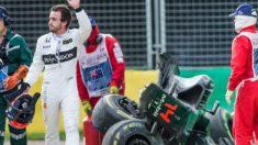 Fernando Alonso sale de su monoplaza destrozado en Australia. (AFP)