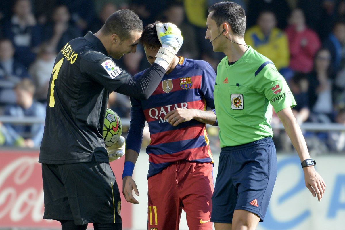Asenjo recrimina a Neymar el penalti que no fue en presencia del árbitro. (AFP)