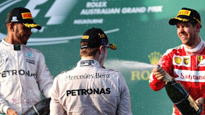 Alonso sale ileso de un espectacular accidente, Rosberg gana y Sainz puntúa