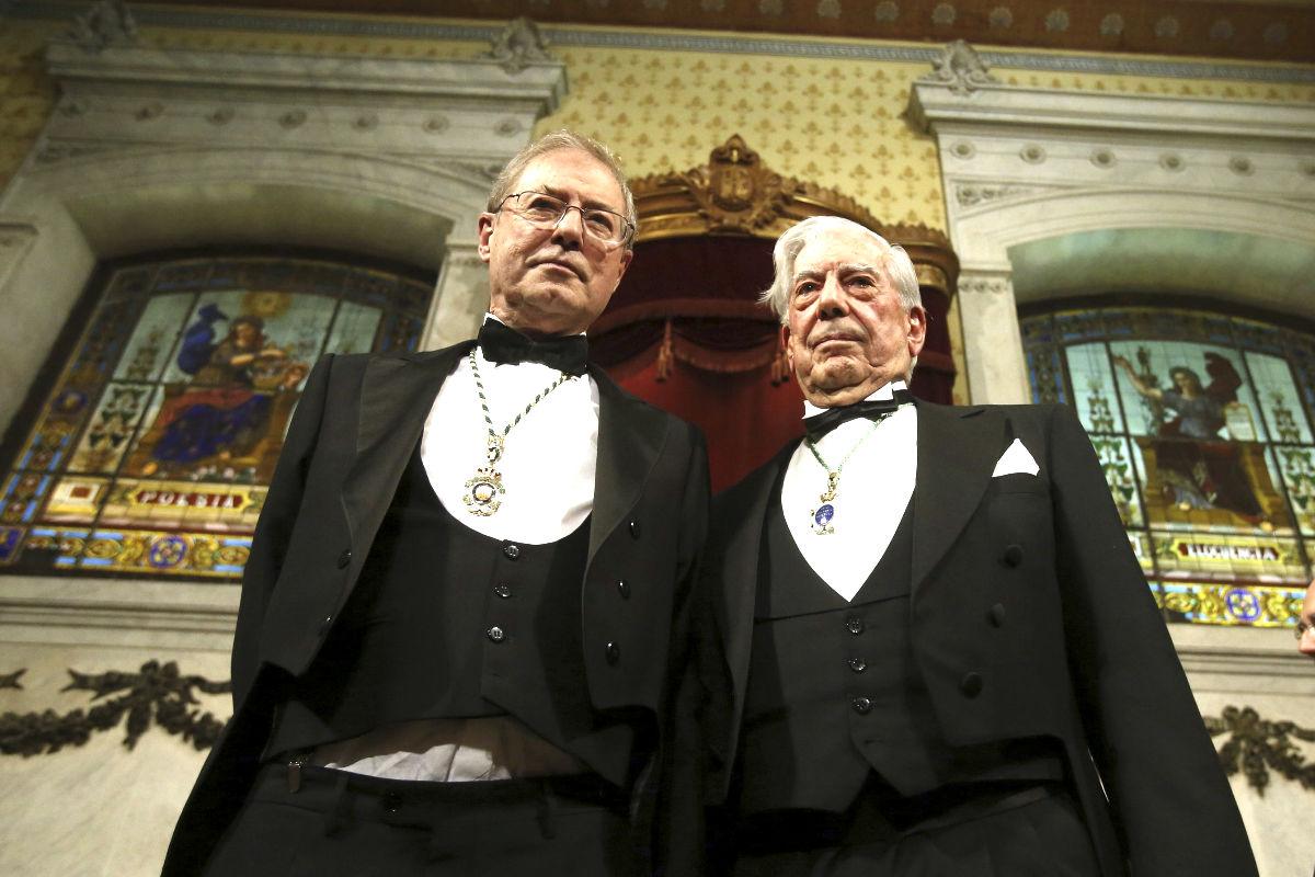 Félix de Azúa junto al escritor peruano Mario Vargas Llosa (Foto: Efe).