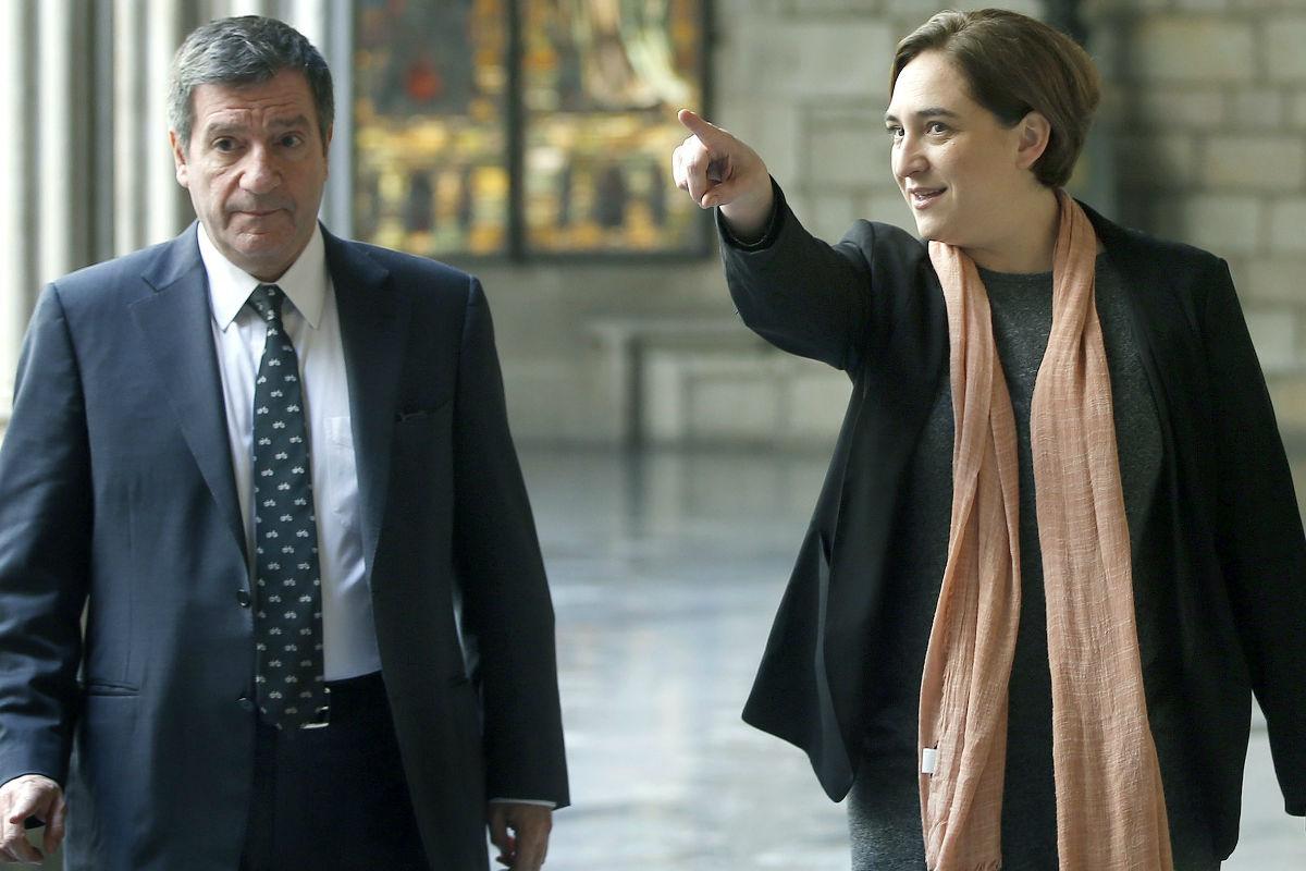 Ada Colau junto al alcalde de Atenas. (Foto: EFE)