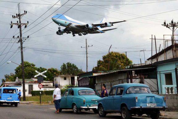 El Air Force One, a punto de aterrizar en La Habana (Foto: Reuters)