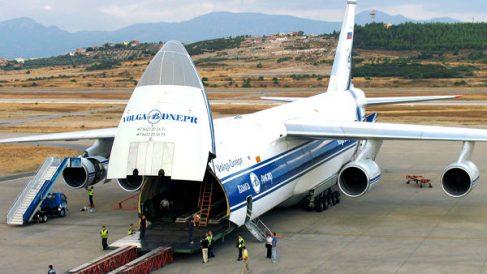 Una aeronave de carga militar Antonov AN-124 operada por la compañía rusa Volga Dpenr