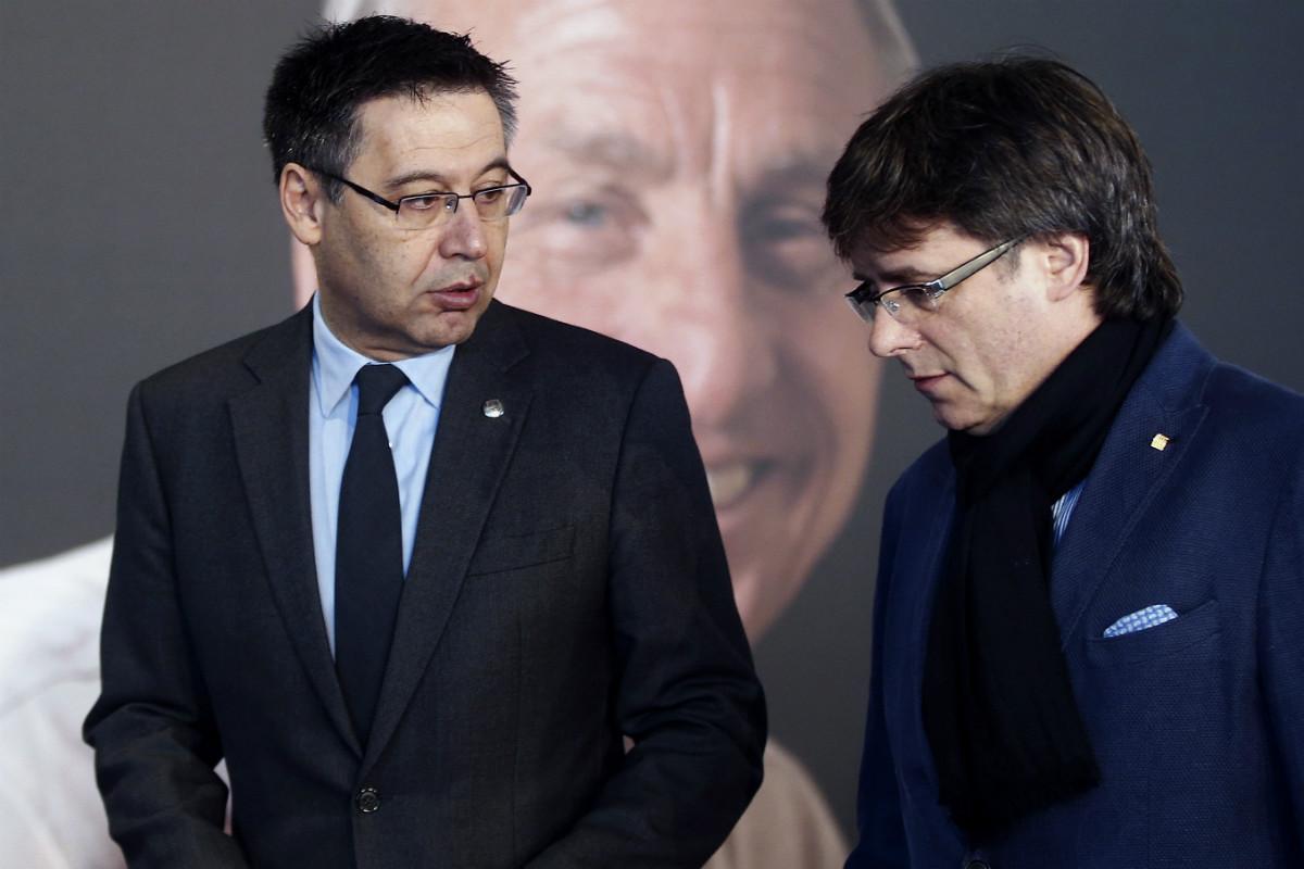 Bartomeu dialoga con Puigdemont en el homenaje a Cruyff. (EFE)
