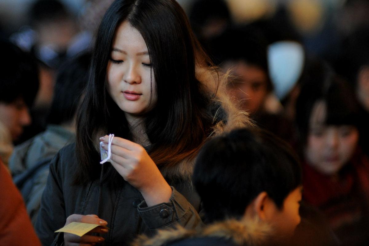 Imagen de una joven japonesa en la ciudad de Tokio. (Getty)