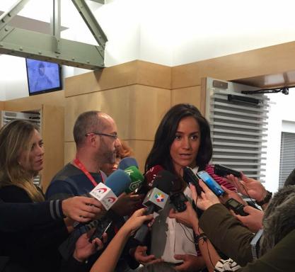 Begoña Villacis atendiendo a la prensa en el Pleno municipal. (Foto: C's)