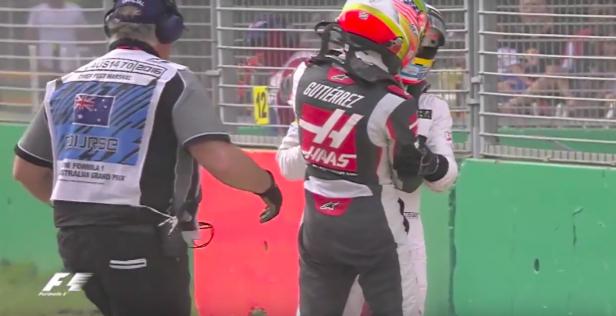 Alonso y Gutiérrez se abrazan tras el accidente.