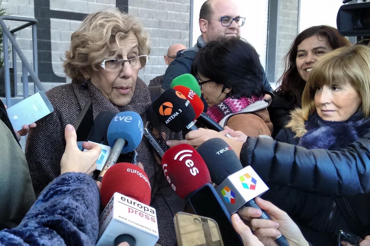 Carmena atendiendo a la prensa en Coslada. (Foto: OKDIARIO)