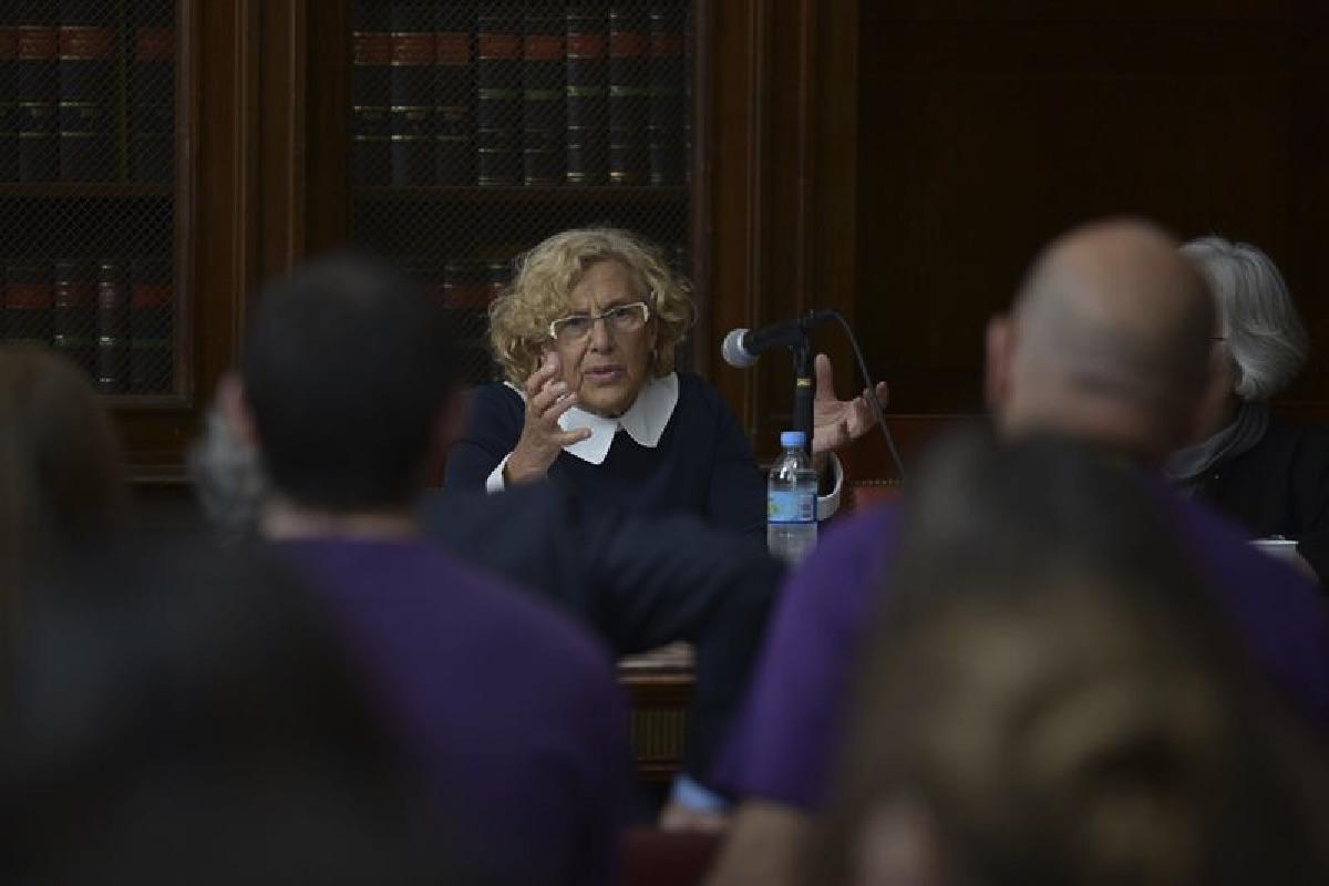 Carmena impartiendo una clase. (Foto: EFE)