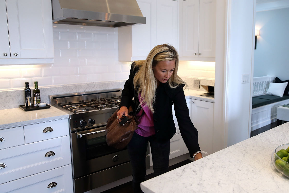 Una mujer inspecciona su cocina (Foto: GETTY).
