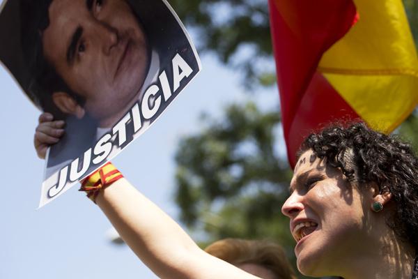 Un familiar de una víctima de ETA pide justicia durante una manifestación. (Foto: AFP)