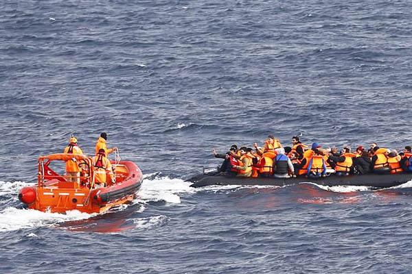 Migrantes sobre el mar Egeo (Foto: Reuters)