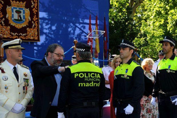 El concejal de Seguridad Barbero condecorando a sus efectivos. (Foto: Ayutamiento)