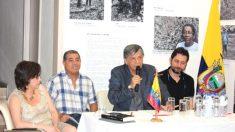 El diputado de Podemos Rafa Mayoral junto al embajador de Ecuador, Miguel Calahorrano