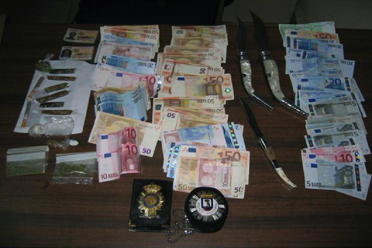 Incautaciones del grupo de investigación de 3.000 euros, droga y armas blancas de inmigrantes ilegales. (Foto: Policía)