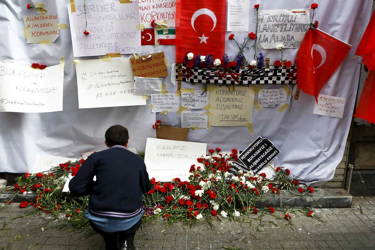Ciudadanos recuerdan a los fallecidos en el atentado de Estambul (Foto: Reuters)