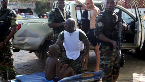 Fuerzas militares se ocupan de los heridos tras el ataque terrorista al hotel (Foto: Reuters)