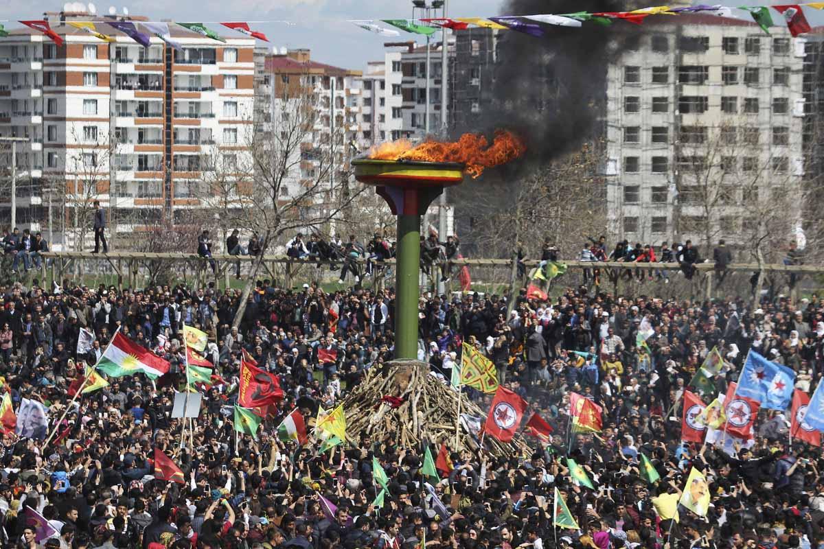 Celebración del Nouruz en la ciudad de Diyarbakir, de mayoría kurda (Foto: Reuters)
