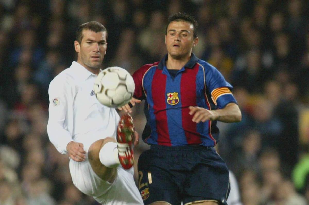 Zidane hace un sombrero a Luis Enrique en su época de jugador.
