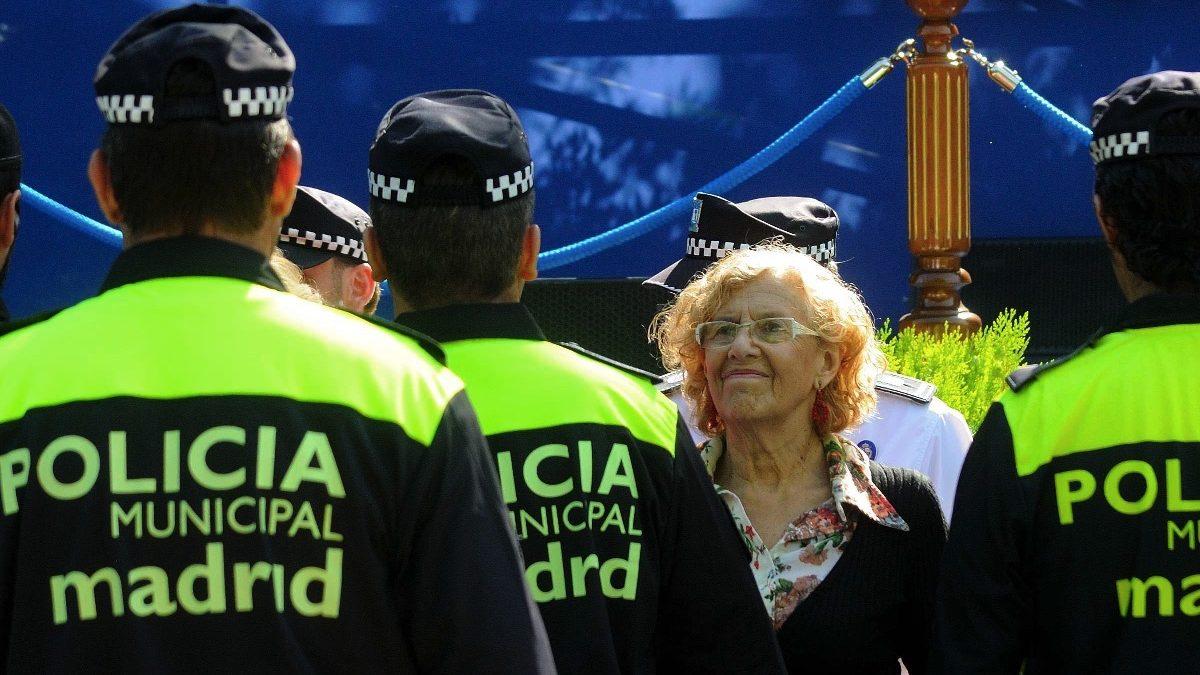 La alcaldesa Carmena pasando revista a la Policía Municipal. (Foto: Ayuntamiento)