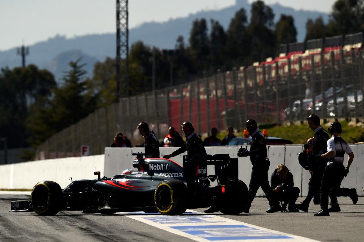 Alonso pasó un momento tenso cuando su coche se quedó parado en la recta de meta. (Getty)