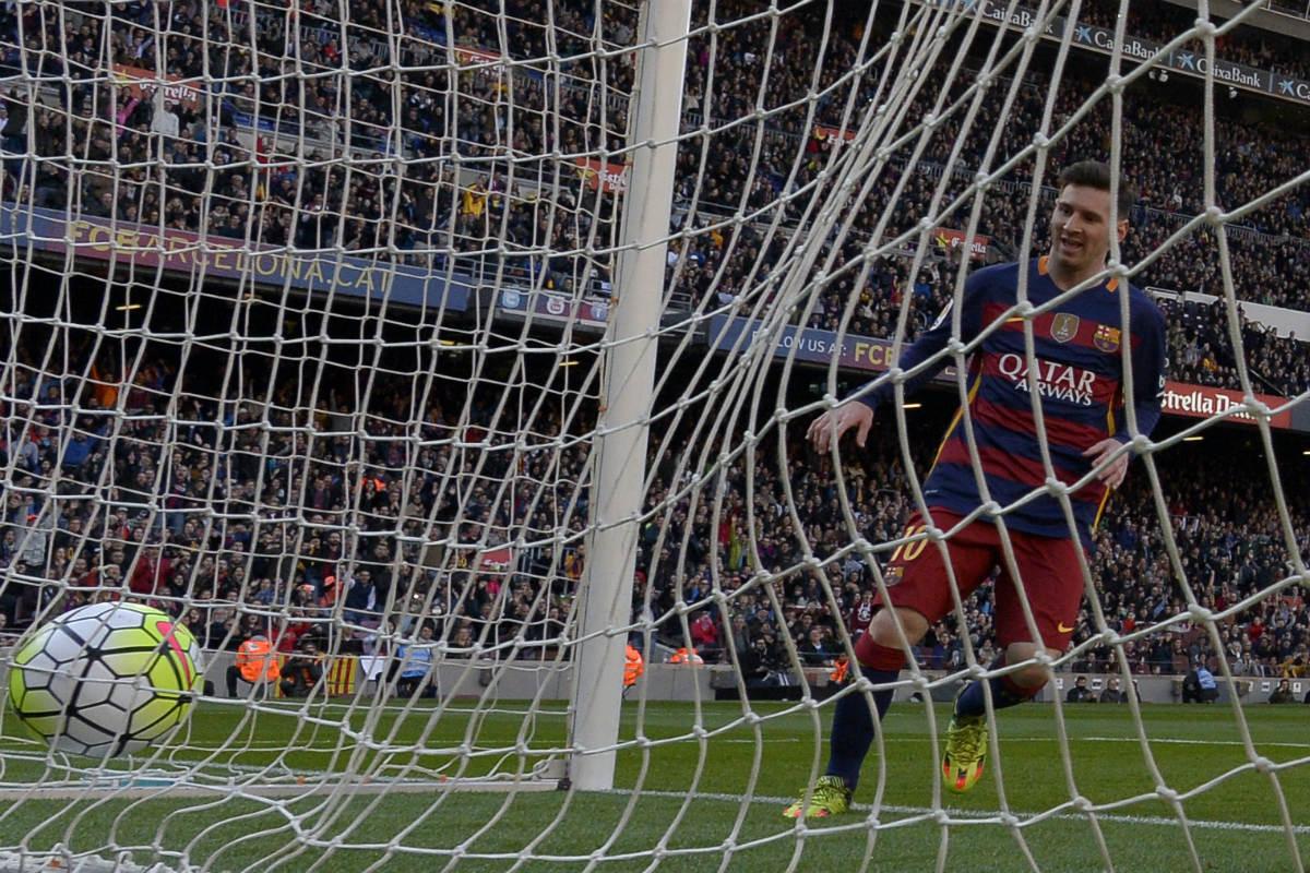 Leo Messi recoge el balón del fondo de las mallas. (AFP)