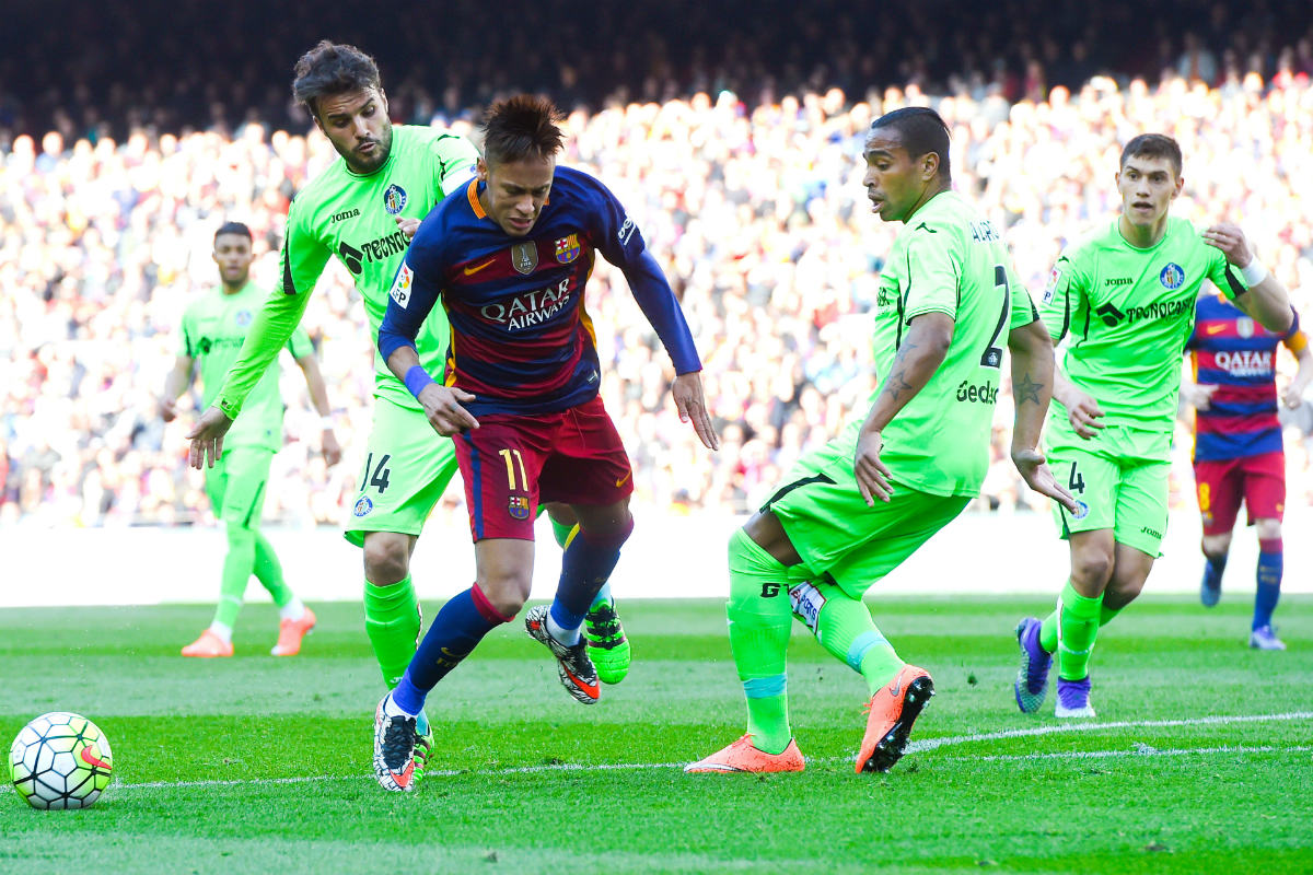 Neymar se deja caer en el área ante las narices de Pedro León. (Getty)