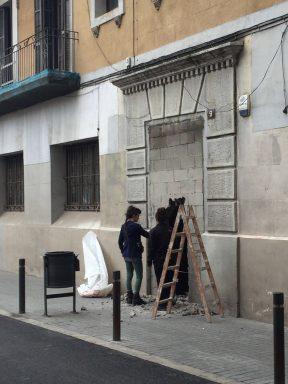 Los okupas derribando el muro que cerraba el edficio