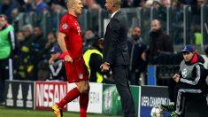 Guardiola conversa con Robben en la ida de octavos de final de la Champions. (Getty)