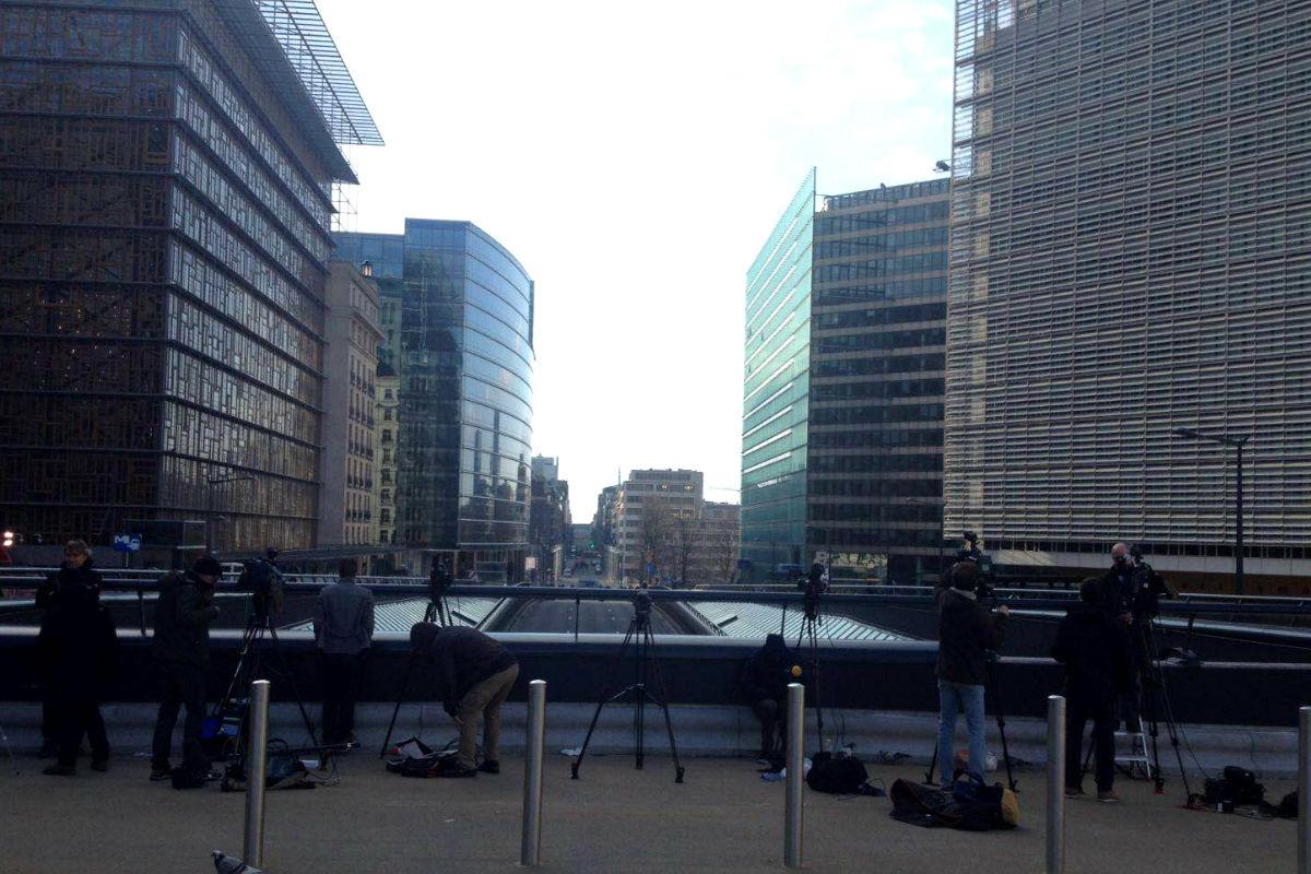 Imagen de la ciudad de Bruselas en la que solo los periodistas y los policías transitan por sus calles. (Foto: OKDiario)