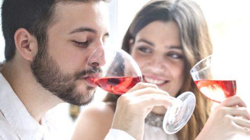 Pareja degustando un vino (Foto: istock)