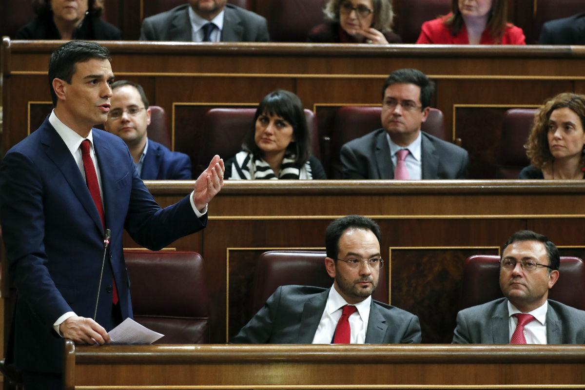 Pedro Sánchez junto a los diputados socialistas en el Congreso. (Foto: EFE)