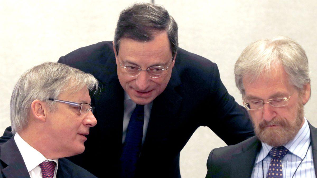 Mario Draghi (C) habla con el presidente del Banco de Francia, Christian Noyer, (I) y Peter Praet (D), miembro del Comité Ejecutivo del BCE (Foto: GETTY).