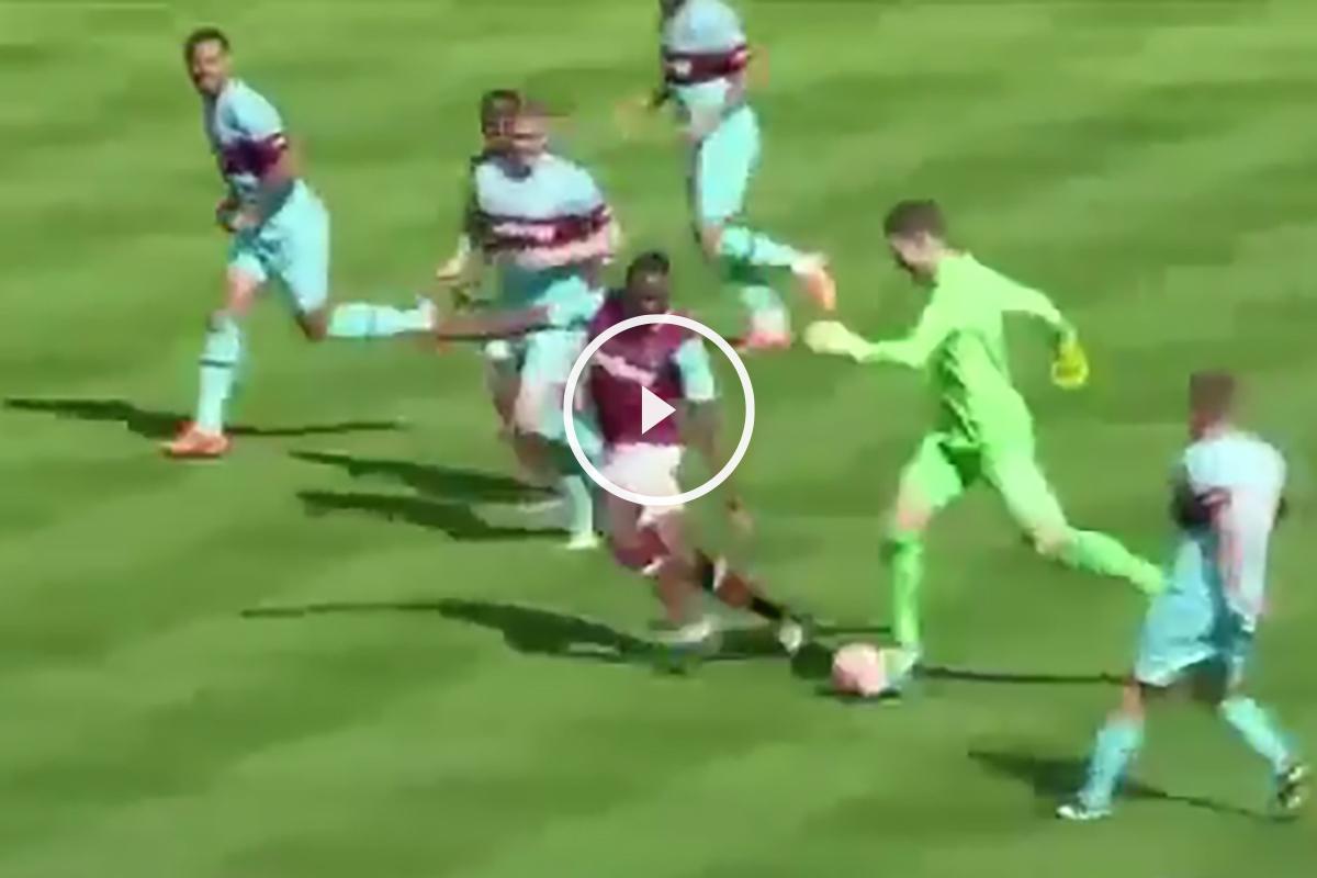 El portero del West Ham, en plena carrera.