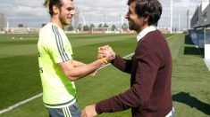 Raúl González se saluda con Gareth Bale.